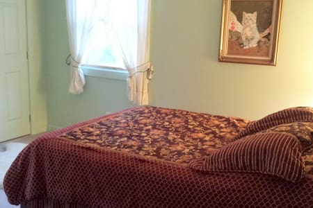 Private Queen  at Earth Heart Inn - Bed & Breakfast