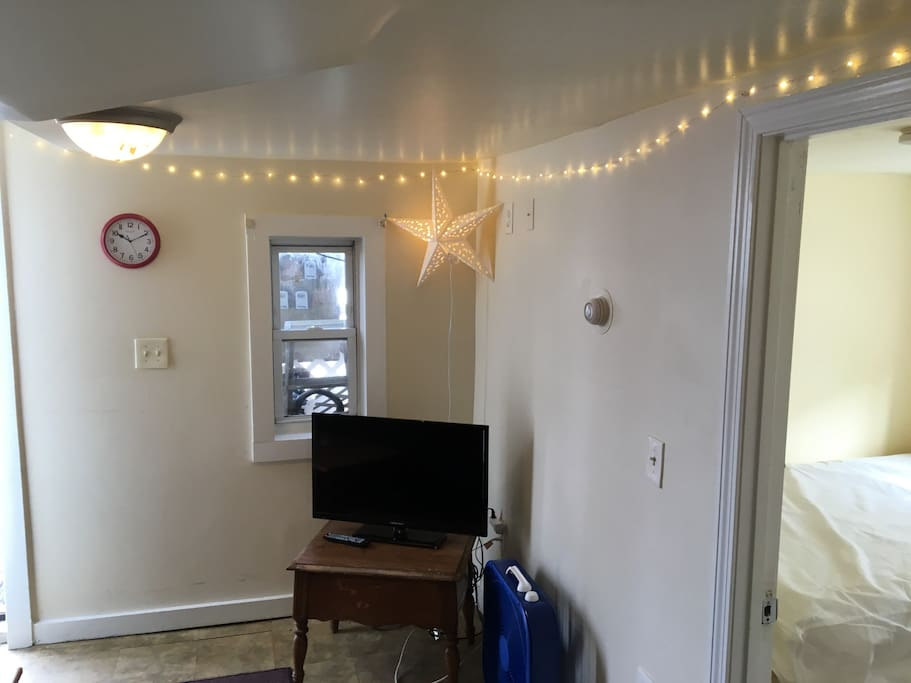 Living Room Area w/Cable Flat Screen TV