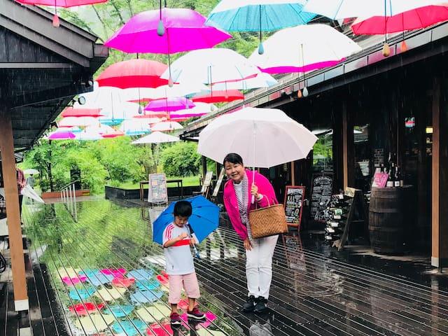 軽井沢ハルニレテラス 〜6月は可愛い傘のモニュメントです