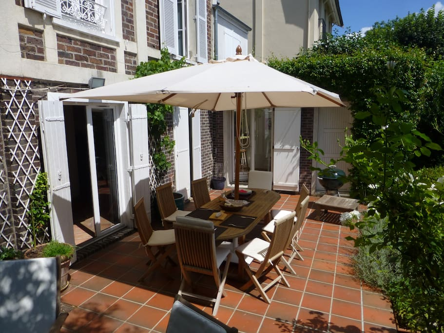 Terrasse et table de jardin