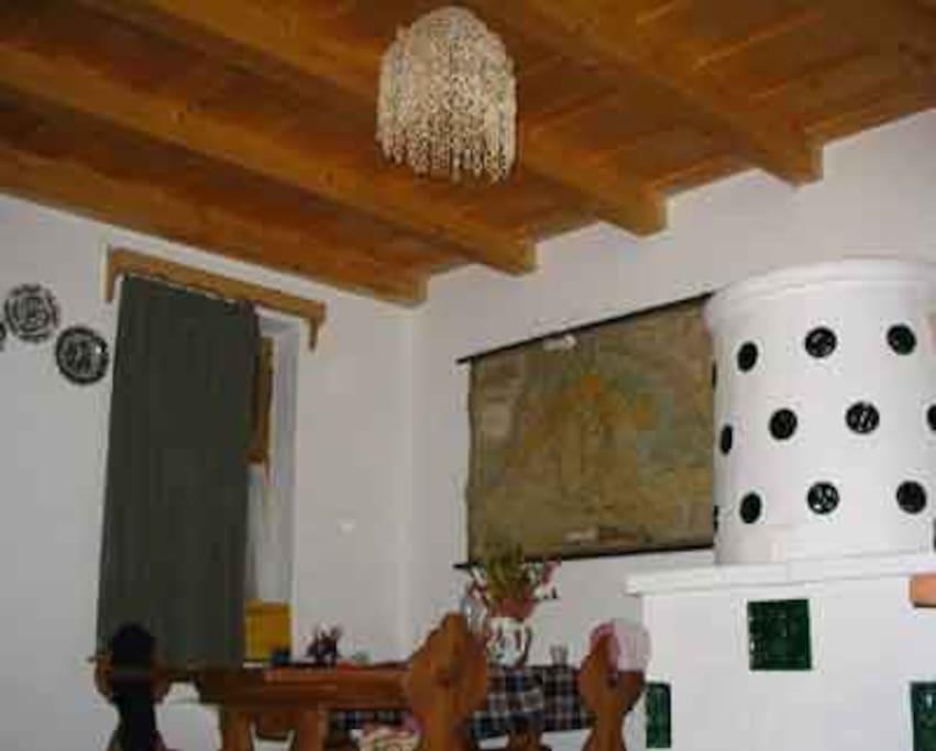 szoba belső rész,faragott butorokkal
