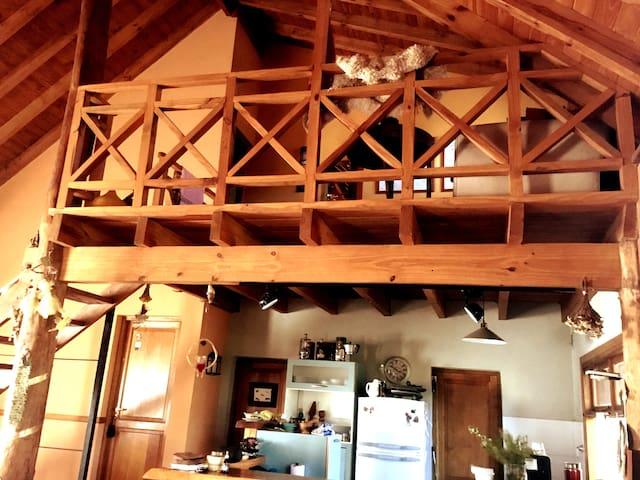 Vista de la cocina y el estar de la planta superior.