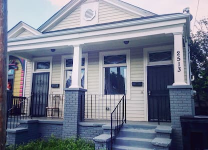Entire Home , 2 blocks of canal st ( street car) - New Orleans - House