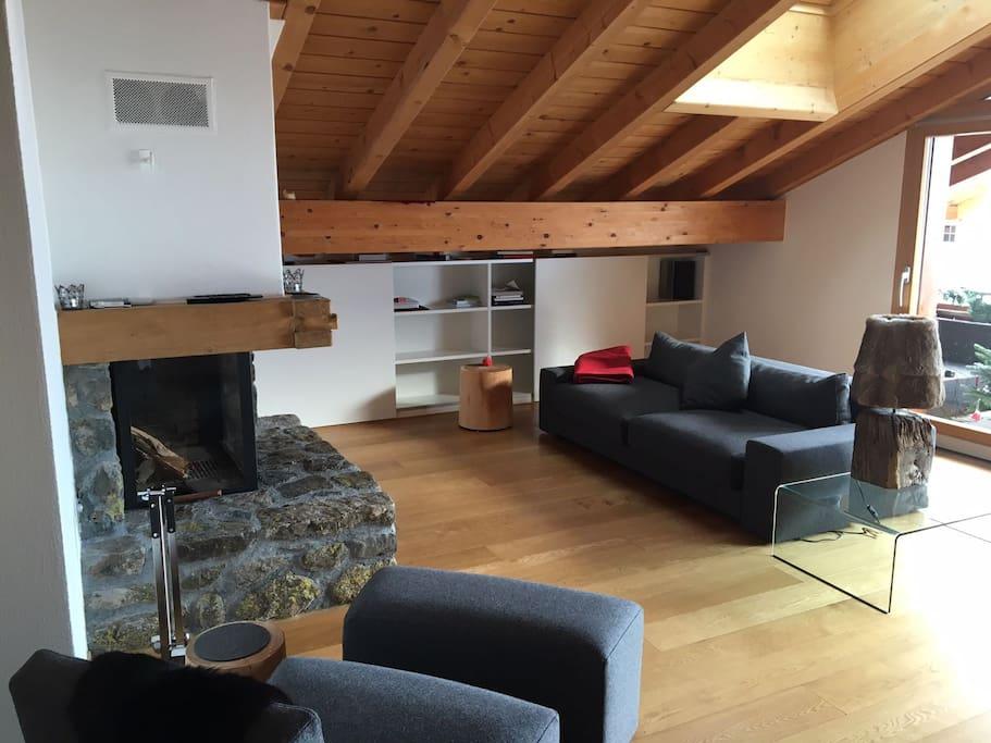 Wohnzimmer obere Wohnungsebene mit Kamin