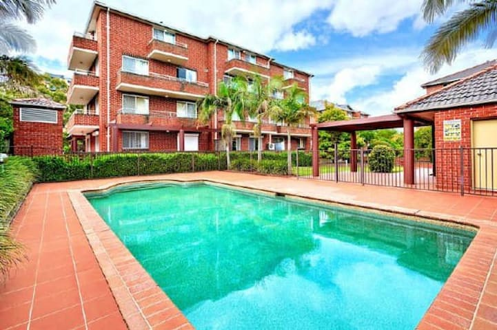Sunny room with pool and express trains to Central - Homebush