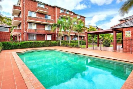 Sunny room with pool and express trains to Central - Homebush - Wohnung