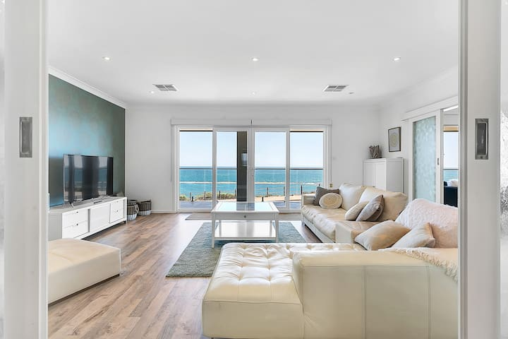 35°South, Port Noarlunga: A seafront beach house