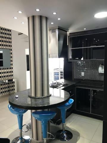 Cobertura duplex, 2 suítes, mobília alto padrão