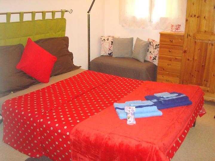Cosy private bedroom, Wifi, free breakfast, garage