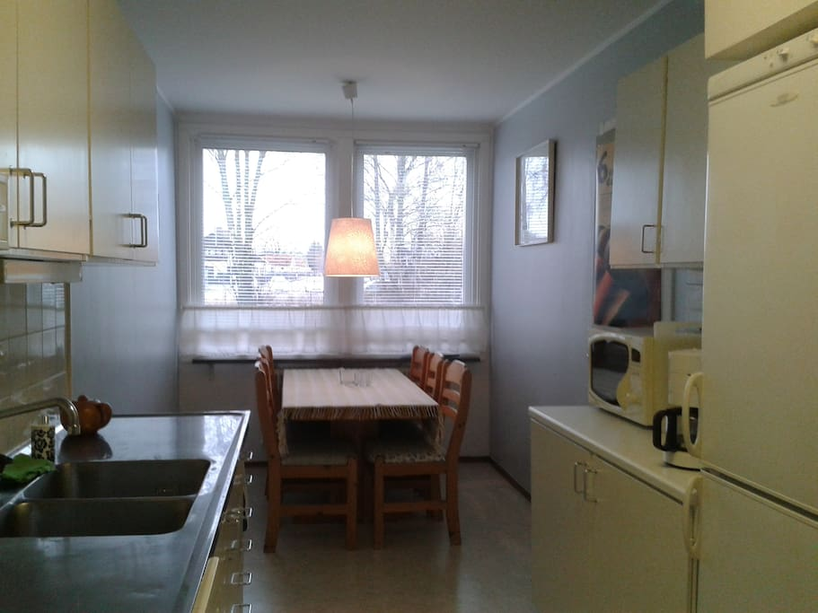 Køkken m/ spiseplads til 6 personer.