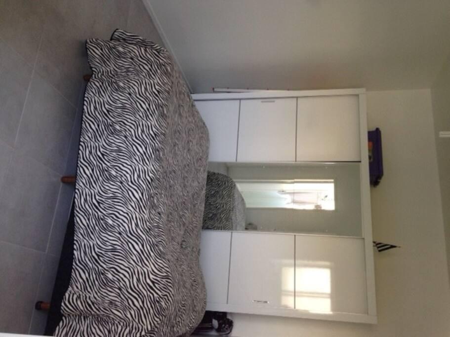 quarto suite com cama de casal e armário