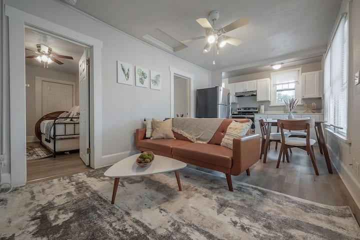 """""""Living on the Edge"""" - Cozy Apt for 4 in the Edge District"""