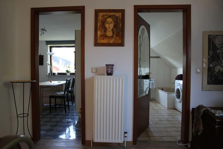 Eingang zum Wohnraum und zum Bad