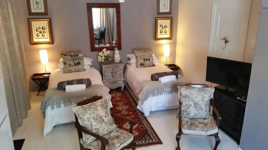 * First bedroom. Spacious Private room with own private side entrance.  for  2 guest's
