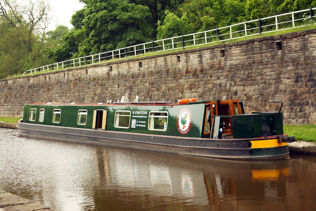 A unique style of hosted and hands-on canal boat tour for adventurous travellers