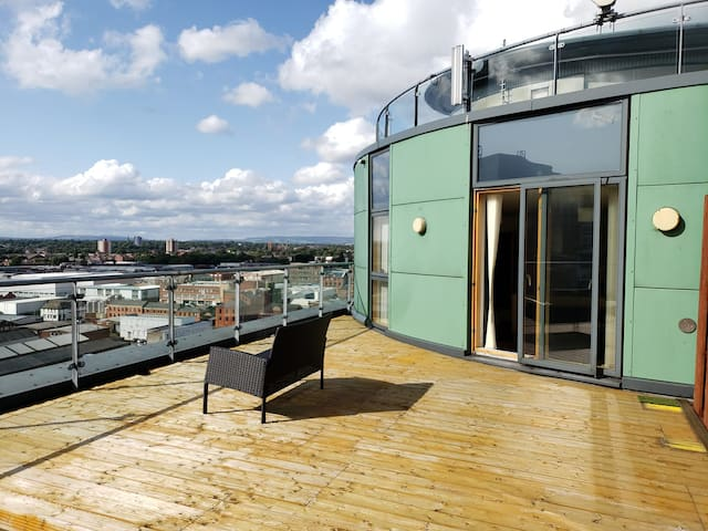 Manchester centre APT with UNIQUE ROOFTOP balcony!