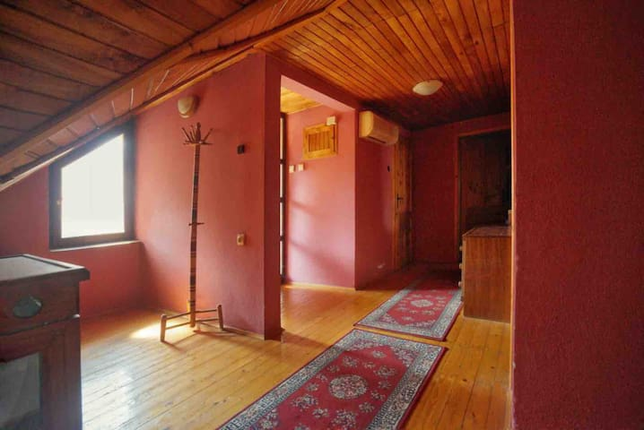 Warm, cozy and completely private room, downtown