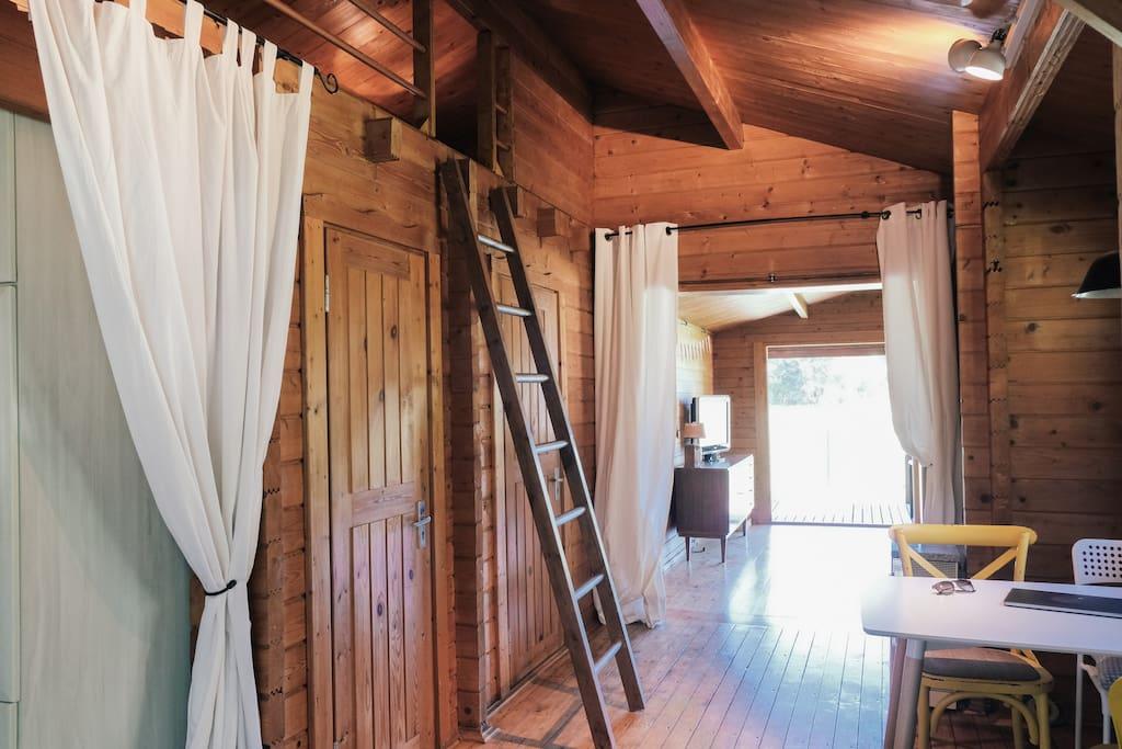 Der Flur verbindet die Küche, das Bad, den Abstellraum, das Wohn- und Esszimmer
