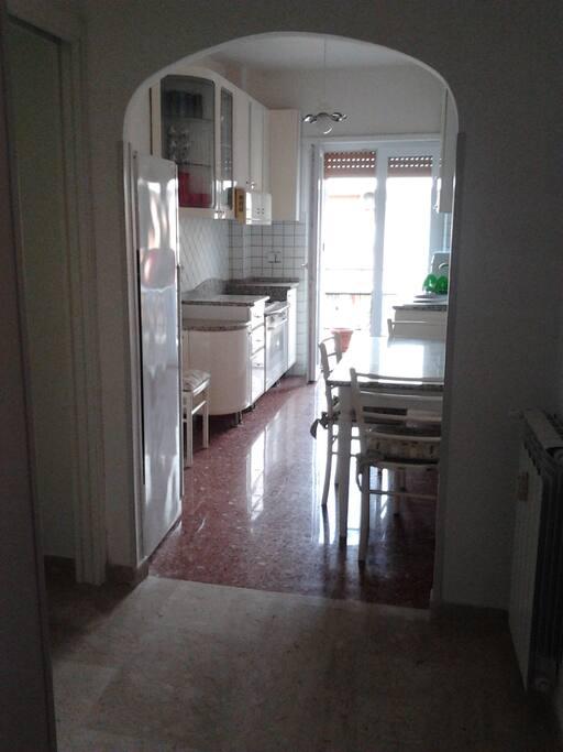 Cucina abitabile  attrezzata con balcone perimetrale