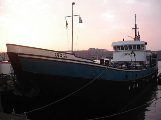 Prachtige ruime woonboot/ houseboat