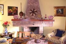 Vista de salón con chimenea