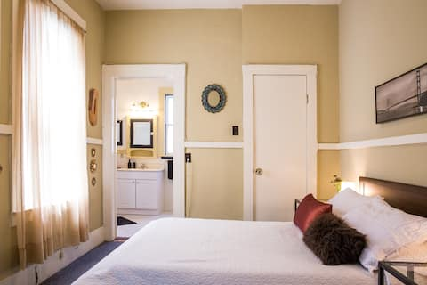 Private Room w/En-Suite Bath in Heart of Mission