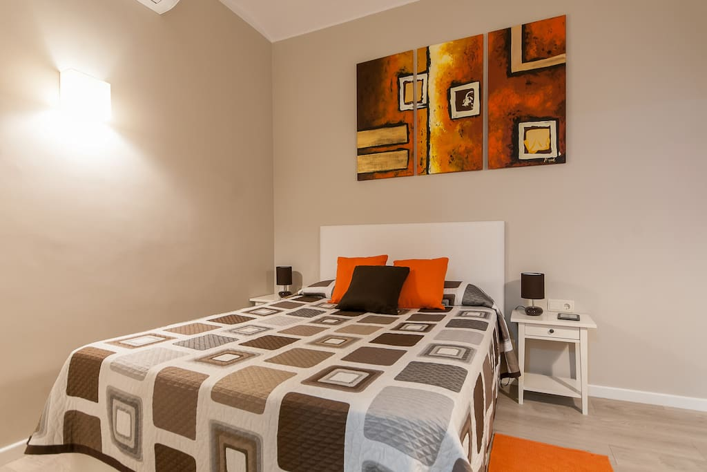 The decoration in the main bedroom is neutral but with touches of lively colours to make the room more cosy.