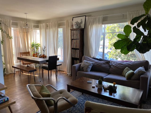 Beautiful Central Silverlake Apt