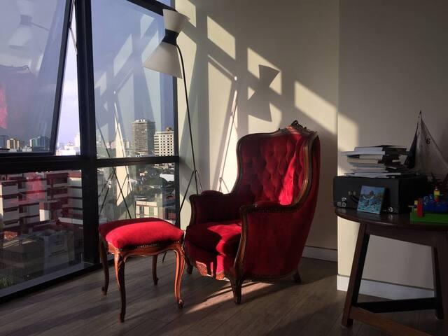 Rincón de relax y lectura con gran vista a la ciudad