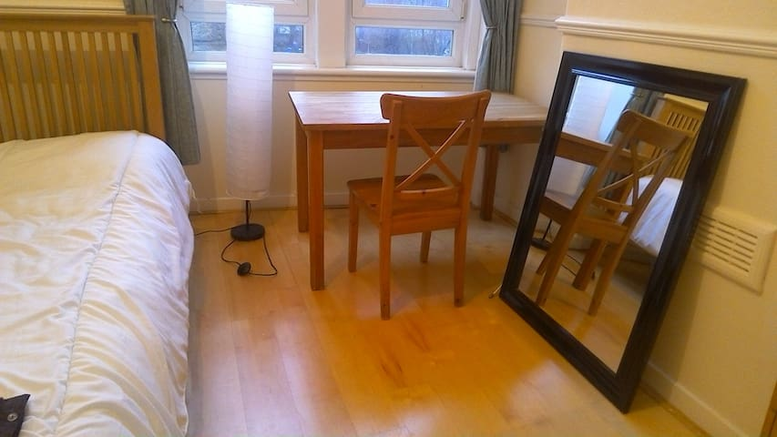 Beautiful room close to Centre (4 min on train) - Glasgow - Apartment