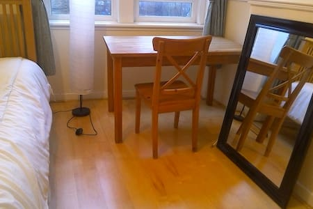 Beautiful room close to Centre (4 min on train) - Glasgow - Lejlighed