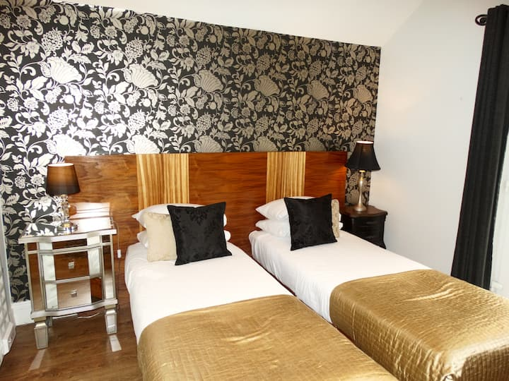 Twin Room Ensuite (2 beds) - Free Breakfast & WiFi