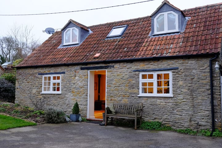 Cosy, pretty cottage between Bruton and Sherborne