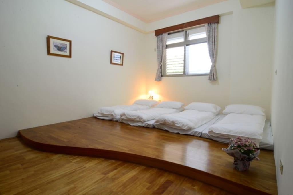 房間以和室裝潢為主 每間可住2~4人 3間雅房能住8人 有冷氣及提供單人床墊及寢具 住宿定價每人NT$900元 含早餐及安通温泉泡湯+SPA。農家晚餐須一天前預約,300元/人。