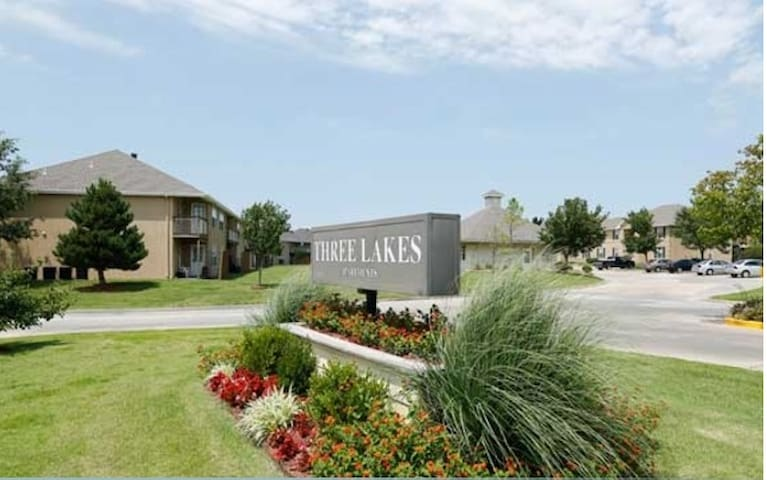 One Bedroom and Bathroom Available - Overland Park - Lakás