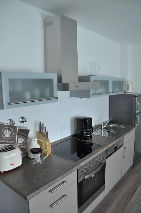 Küche mit Cerankochfeld, Spülmaschine
