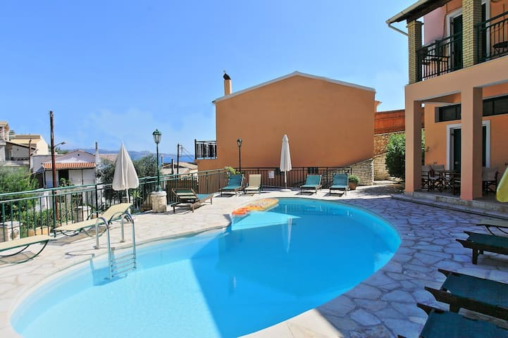 Nikos: beach, swimming pool - Nisaki - Appartement