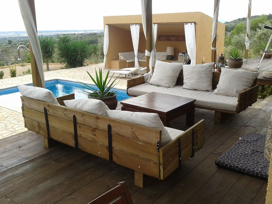 Terraza, piscina y chill out. Relajante
