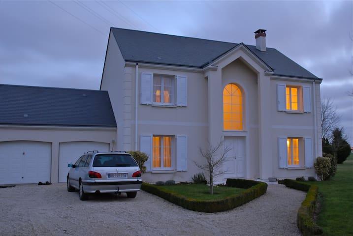 simple room with breakfeast - Ingré - Huis