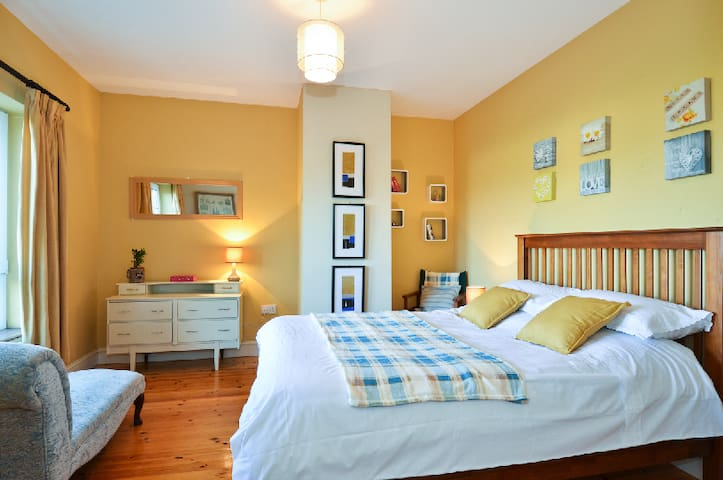 Bright, Comfortable bedroom. - Galway - Maison