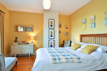 Bright, Comfortable bedroom. - Galway - Casa