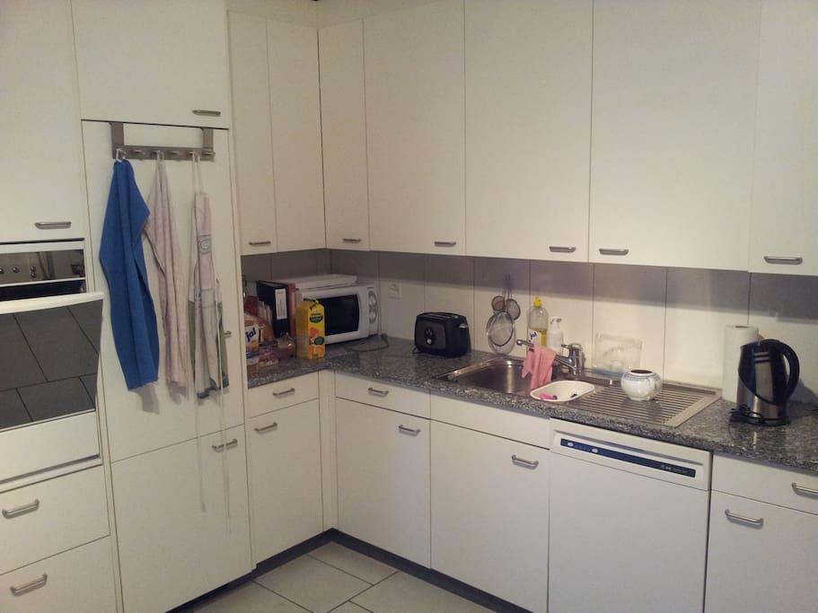 Moderne helle und geräumige funktionale Küche, TK, Mikrowelle, Backofen usw. usw.