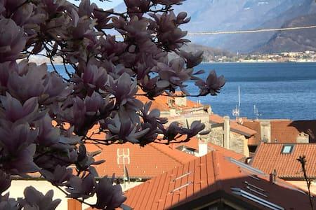 Casa degli ibischi e del pianoforte. Lago di Como.