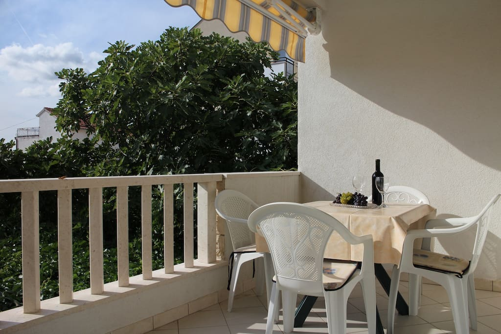 Enjoy on the terrace in a good wine and a sea view