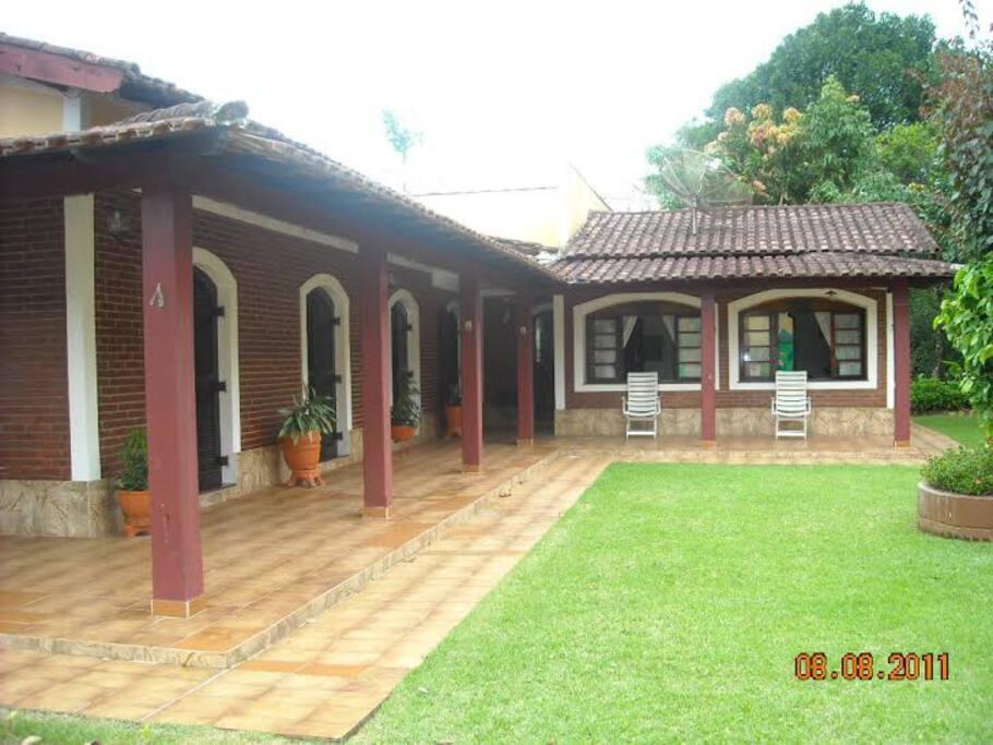 Frente da casa, os quartos tem entradas individuais como pode se ver na foto.