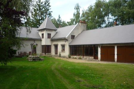 Chambre dans une grande maison - Morigny-Champigny - Bed & Breakfast