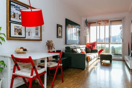 We share a house and offer a Room for 3 people in a Cosy and central penthouse near Ramblas & Sea Port. Perfect Location 5min from center and with stunning views of the Sea Port and Monjuic Hill. Only for Petlovers.