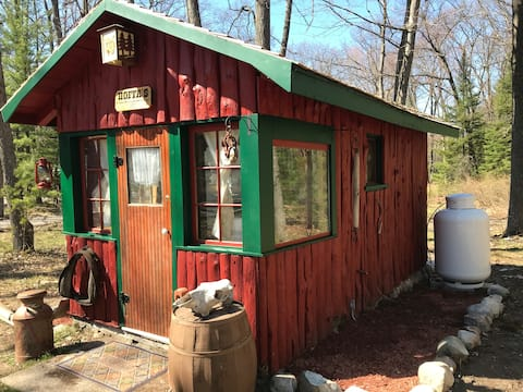 Yes, We are open! vintage 1930s northern Mi cabin!