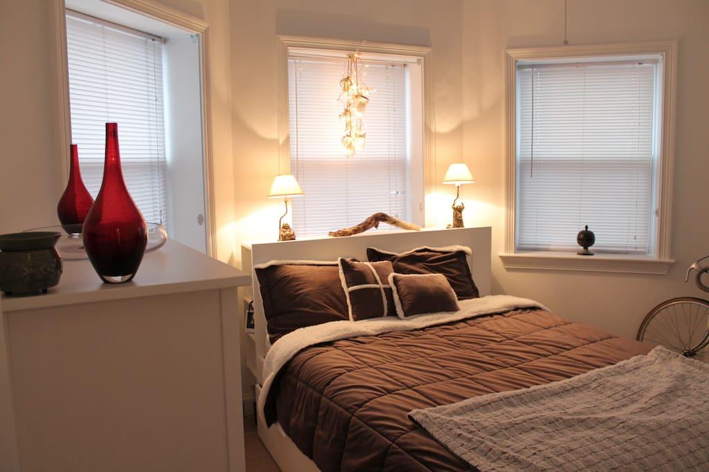 Bedroom w/Queen sized bed.