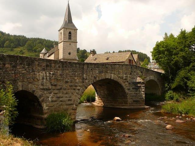 Gite entier au coeur d'un beau village en Aubrac